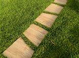 Такая тропинка легко обрабатывается газонокосилкой